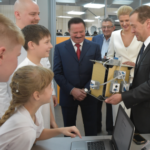 Региональный молодежный центр Югры и Дмитрий Медведев побывали в Кванториуме в Королеве